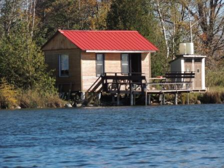 Waterfront cabin on private trout lake, aluguéis de temporada em Flesherton