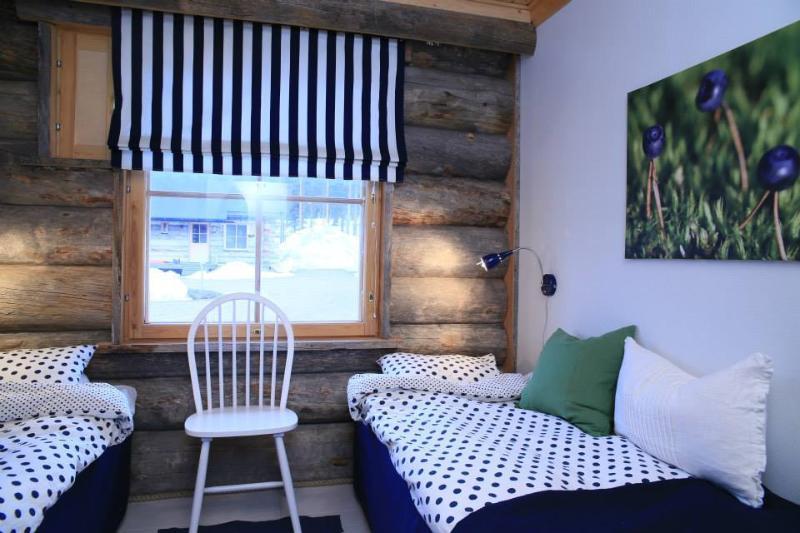 Le bleu chambre Mustikka (Myrtille). Lit peut être défini comme des jumeaux ou un lit double.