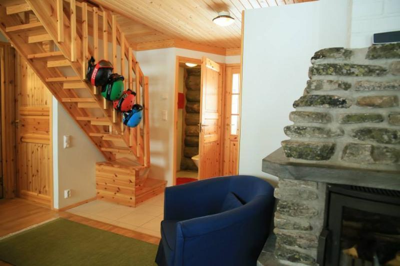 Entrée et escaliers avec des portes de sécurité à la mezzanine. Drier pour les vêtements humides.