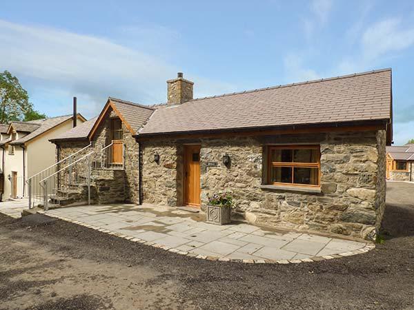 BRIWS, barn conversion, hot tub, parking, garden, in Betws-y-Coed, Ref 905257, holiday rental in Maerdy