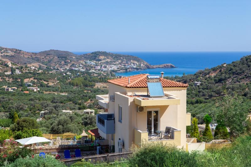private Villa close to the sea in peaceful area, holiday rental in Axos