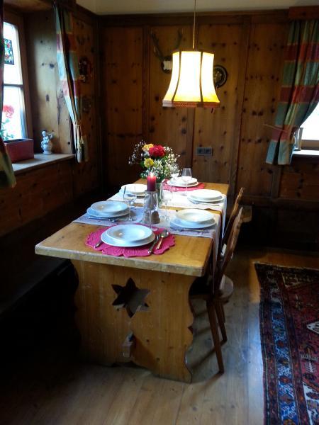 tavolo da pranzo in un angolo della stube