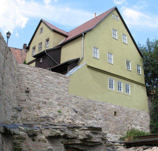 Das historische Gebäude direkt auf der alten Stadtmauer