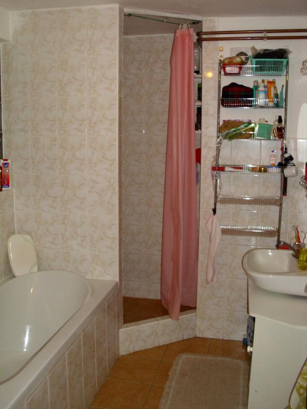 Spole? ne WC, vana, sprchovací kout een umývadlo