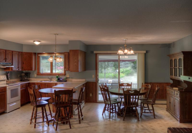 Mostra in sala da pranzo e cucina mostrando posti a sedere per dieci