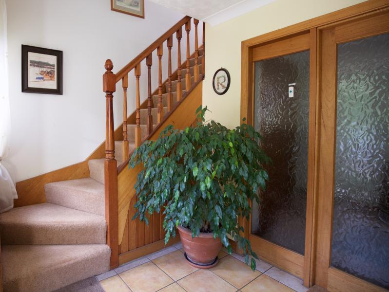 Le vestibule d'entrée montrant les escaliers menant à l'appartement.