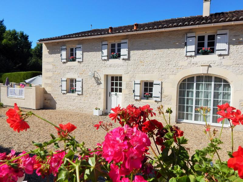 Stunning property with summer house, pool, and games barn.... too good to miss!, holiday rental in Saint Hilaire de Villefranche