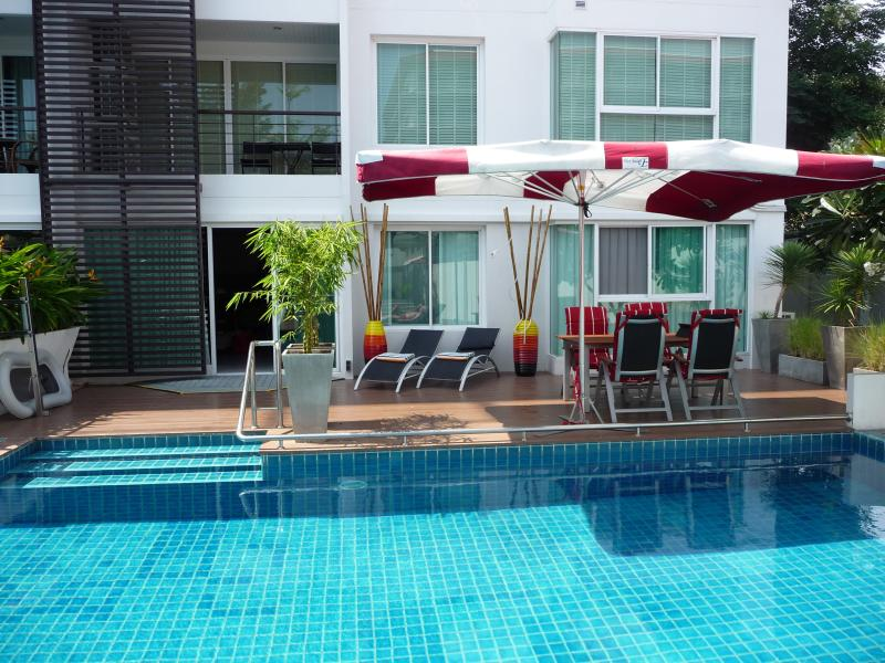 Wheelchair accessible ground floor appartment with private terrace at communal pool. Pool hoist.
