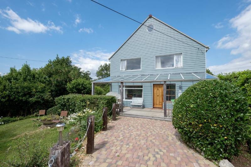 House, com estacionamento fora de estrada e virado a sul varanda perfeito para papéis de chá de manhã e de notícias.
