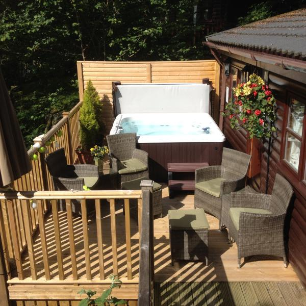 Mistletoe Boutique Lodge luxury log cabin with it's own hot tub in a fantastic secluded sunny spot