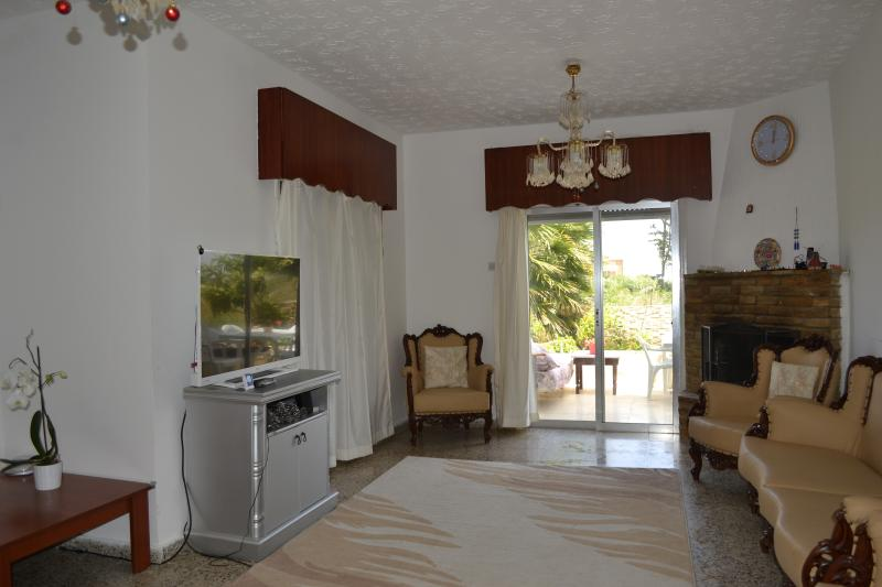 Room in a villa near the beach and 5 * hotels., location de vacances à Edremit (Trimithi)
