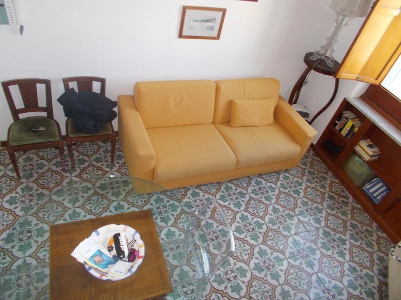 Een weergave van woonkamer met kitchenette tussenverdieping ontleend dat gezichten