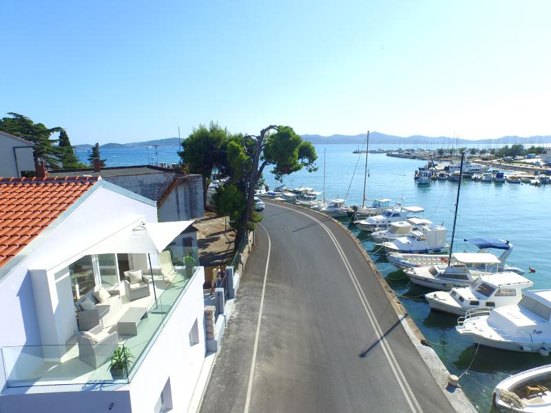Beautiful little seafront apartment, vacation rental in Zadar