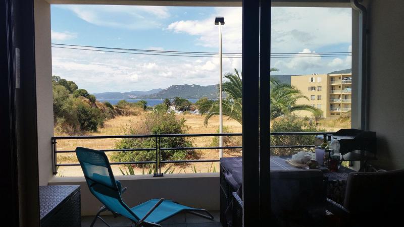Terrasse avec table extérieure, 4 chaises et 2 transats