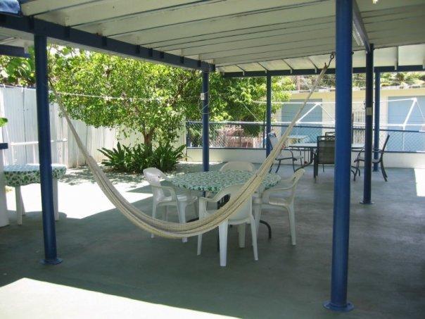 Dos de patio--deux hamacs et beaucoup de place.