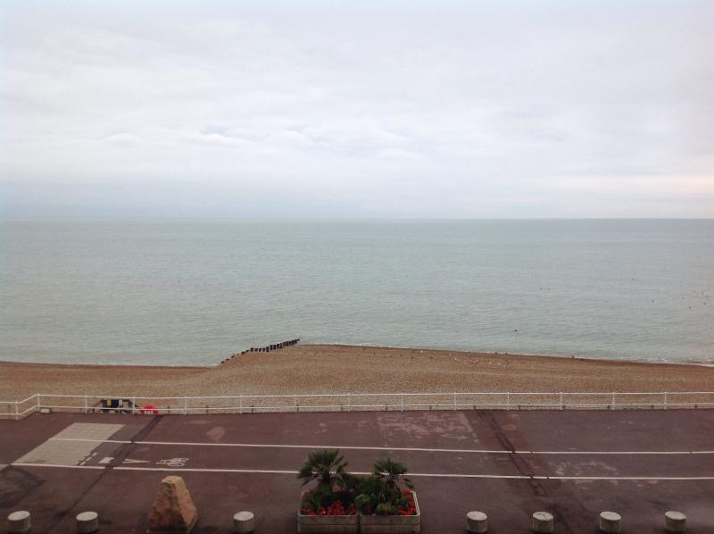 DIRECT SEA VIEWS CHARMING SEAFRONT FLAT HASTINGS, casa vacanza a Hastings
