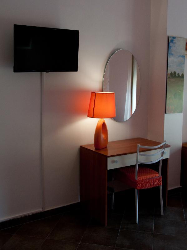 Mesa de sala naranja