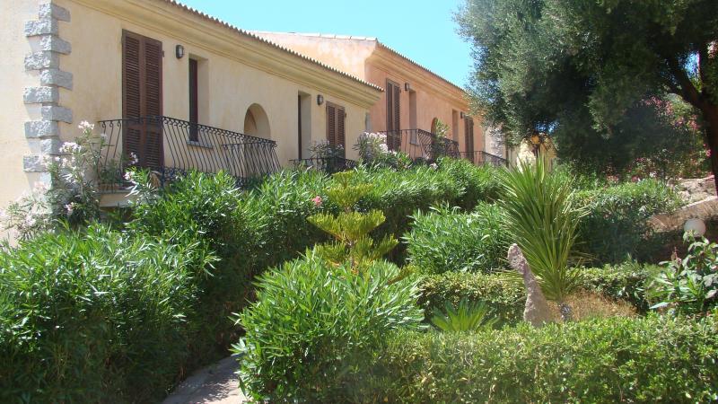 residence 'I Delfini' vista mare con piscina !!, vacation rental in Badesi