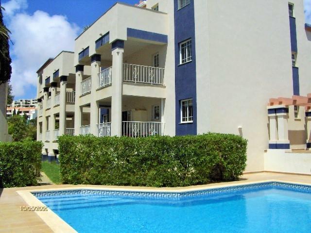 Openlucht zwembad en appartementen