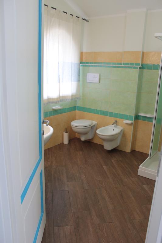 ... Casa de banho espaçosa com duche e dentro da sala.