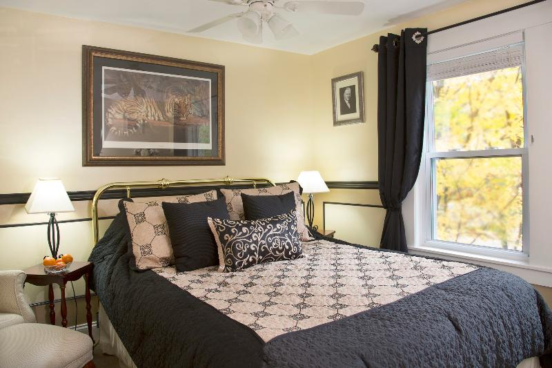 Glynn House Inn: Hoover Bedroom, vacation rental in New Hampton