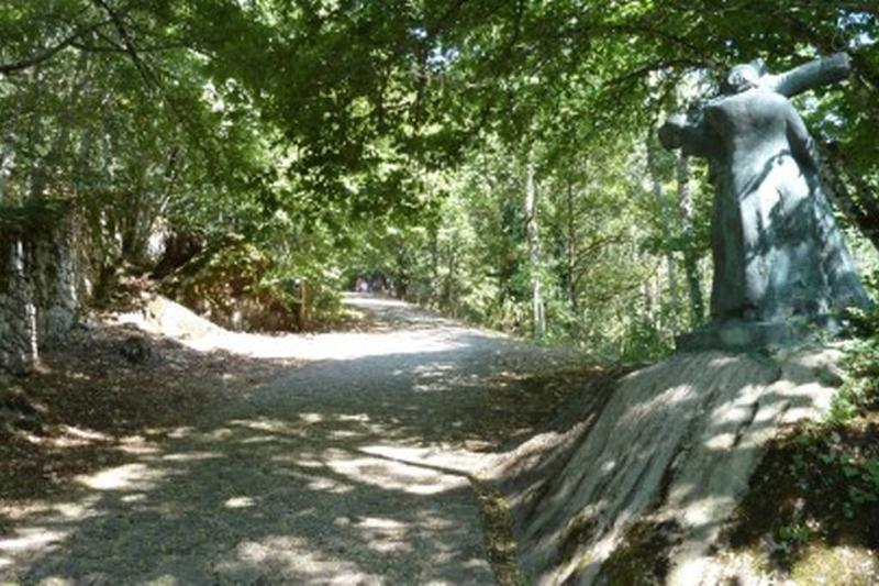 Scorcio dell' antico sentiero per il Santuario della Verna sul ' Cammino di S. Francesco'