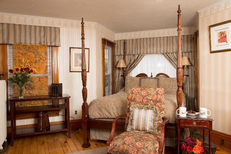 Glynn House Inn: Taft Deluxe Bedroom, vacation rental in New Hampton