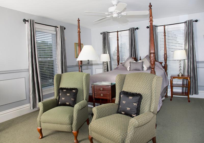 Glynn House Inn: Coolidge Deluxe Bedroom, vacation rental in New Hampton