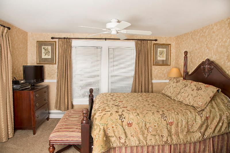 Glynn House Inn: Harding Deluxe Bedroom, vacation rental in New Hampton
