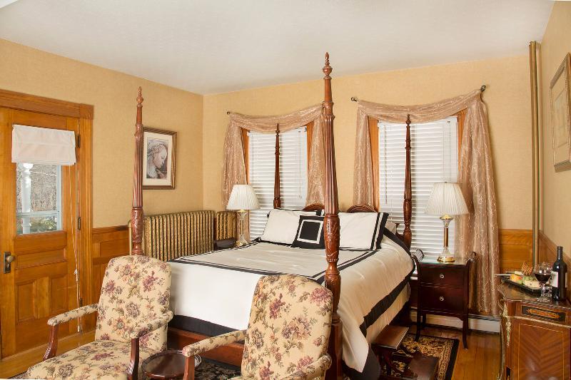 Monroe Deluxe Suite - four poster queen bed dressed in luxury linens