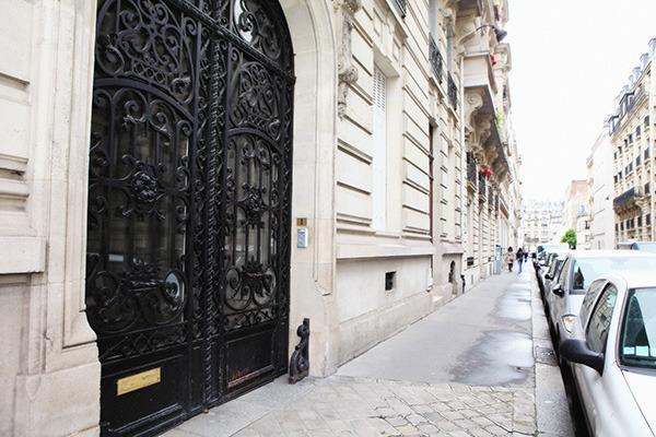 L'entrée de l'immeuble et sa grille en fer forgé du 19 ème siècle...