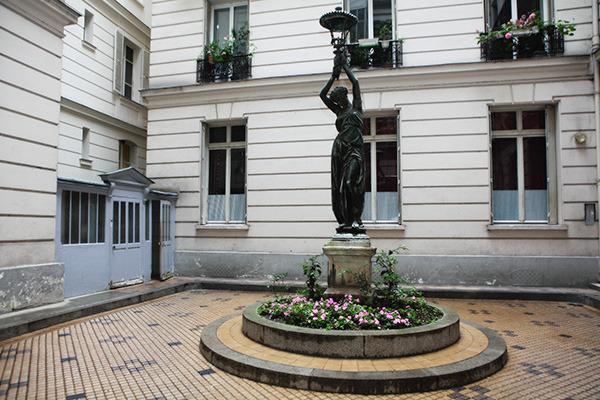 La femme au flambeau, un chef d'œuvre de l'art nouveau dans la court de l'immeuble...