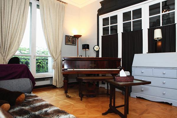 Pour les musiciens un piano demi-queue dans la quatrième chambre...
