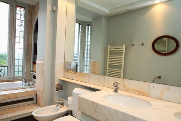 La salle de bains privative de la suite Parme... Tout en marbre rose !