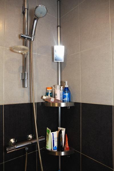 Une salle de douche à l'Italienne, moderne qui est attenante à la chambre grise!