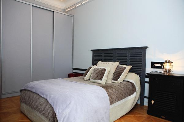 La chambre grise avec un lit King-size, la TV et un dressing... Il ne manque rien!