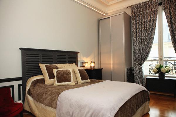 La chambre grise avec un lit King-size!