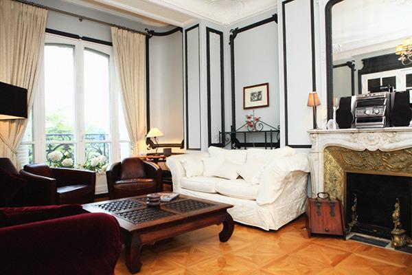 Parquet, moulure et cheminée en marbre... Le luxe à la Française !