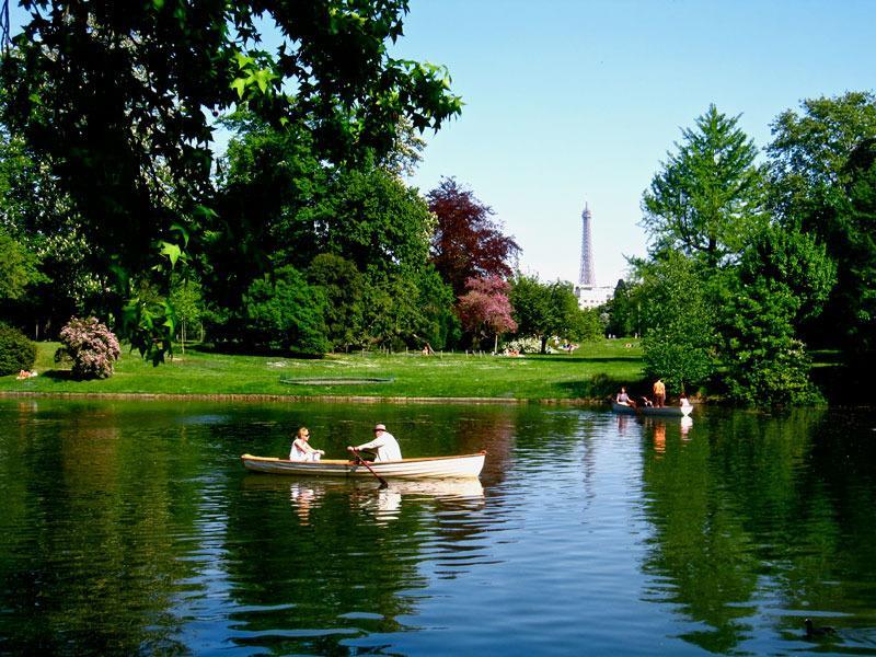 A 5 minutes à pieds, le Bois de Boulogne et ses lacs, le poumon de notre capitale...