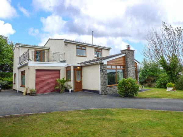 LLYS MYRDDIN, en-suite, WiFi, enclosed garden, pets welcome, near Llangefni, holiday rental in Llangefni