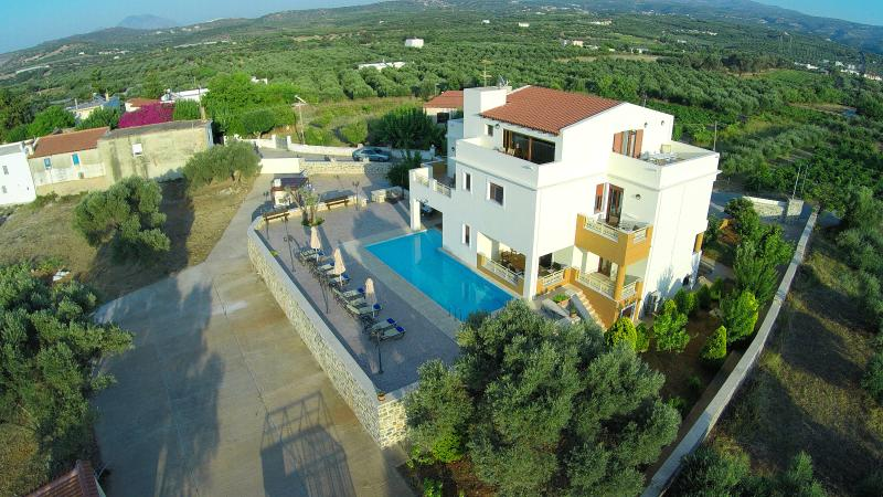 Luxurious villa with large pool, garden and attic, 3 minutes from the sandy beaches!!! LOW RATES!