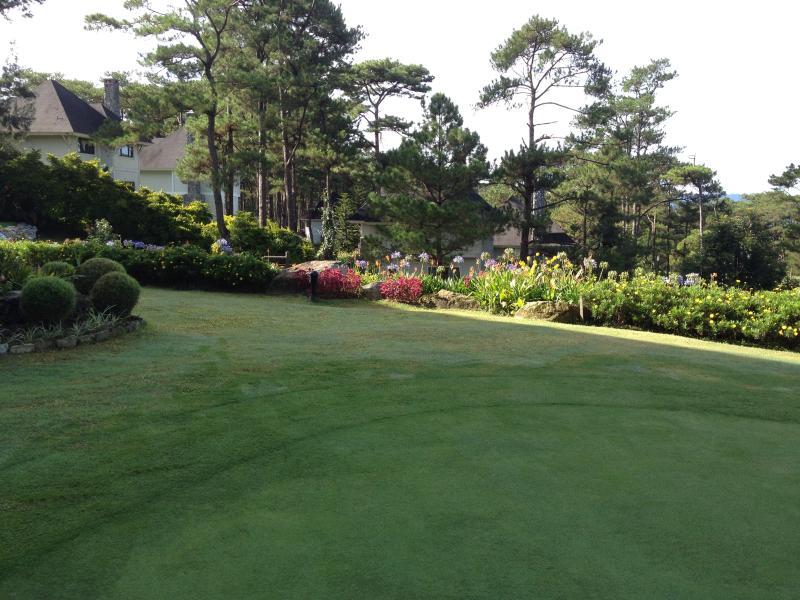 Le gîte de charme comme on le voit de la maison de club de golf.