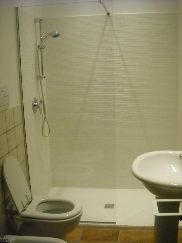 General view of the second bathroom