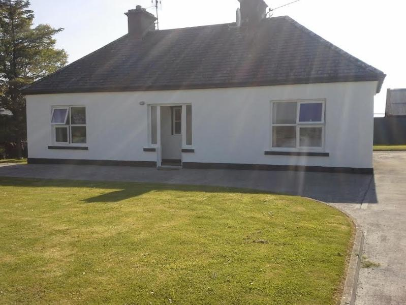Farm Cottage in country area, enjoy peace & tranquility after a fun filled day touring West of Irela