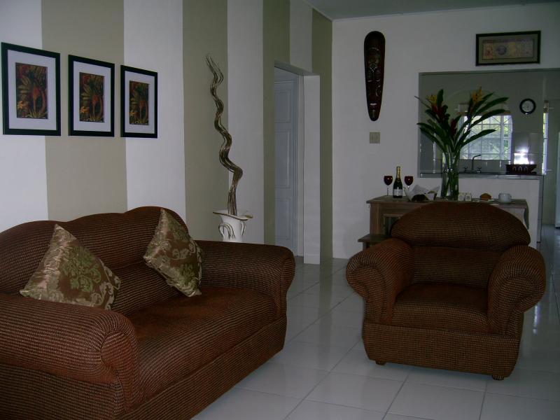 Living room/lounge seats  5 people, TV/Cable, coffee table