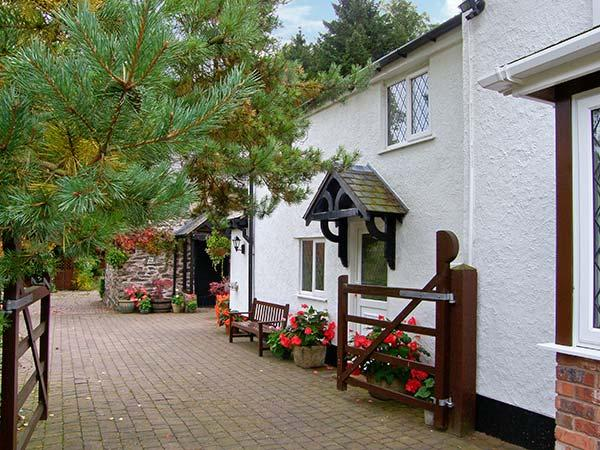 THE LITTLE WHITE COTTAGE, cosy cottage, with en-suite bedroom, off road, Ferienwohnung in Llanbedr Dyffryn Clwyd