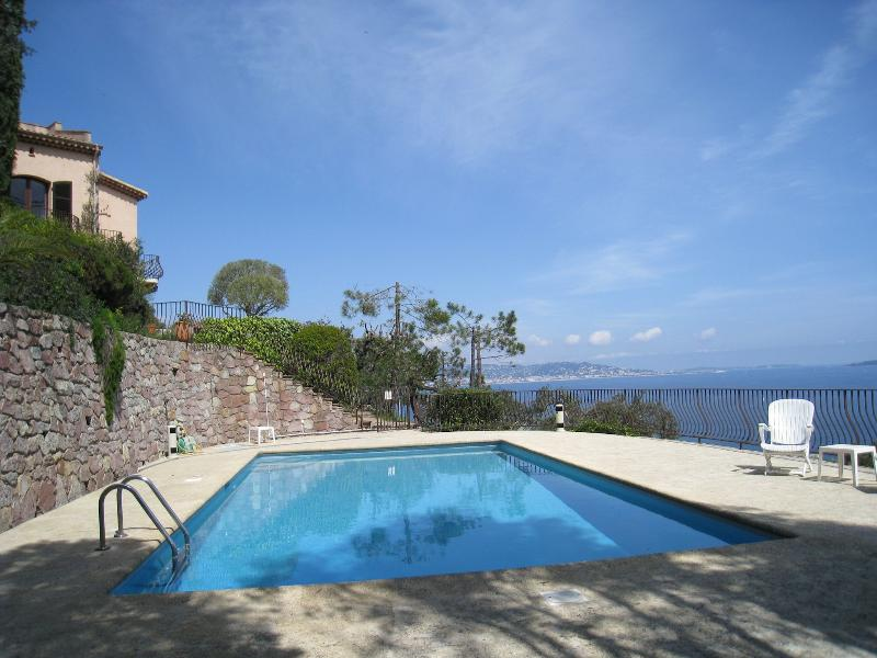Holiday family villa with swimming pool, casa vacanza a Théoule sur Mer