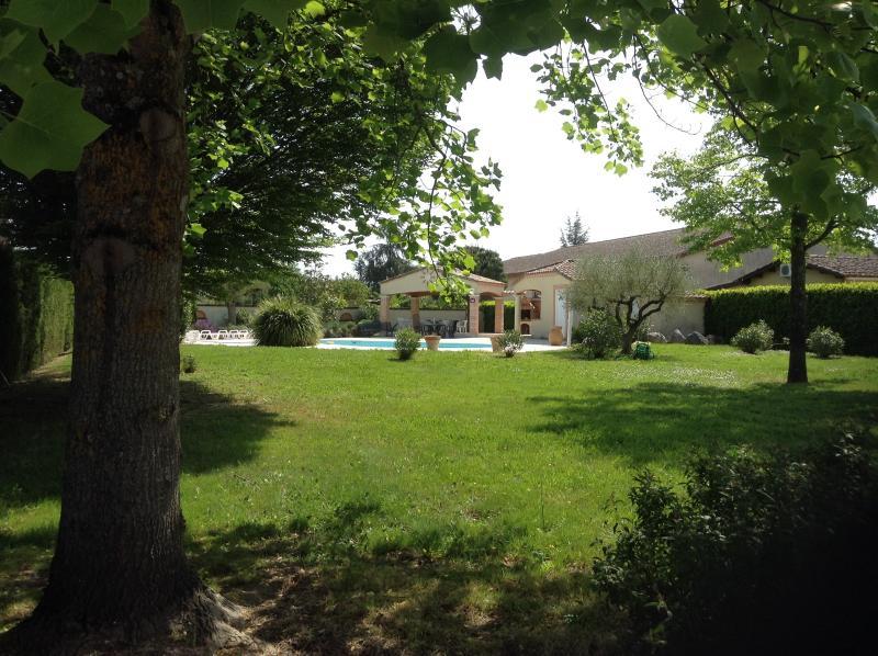 Le jardin depuis la maison (côté entrée voitures)