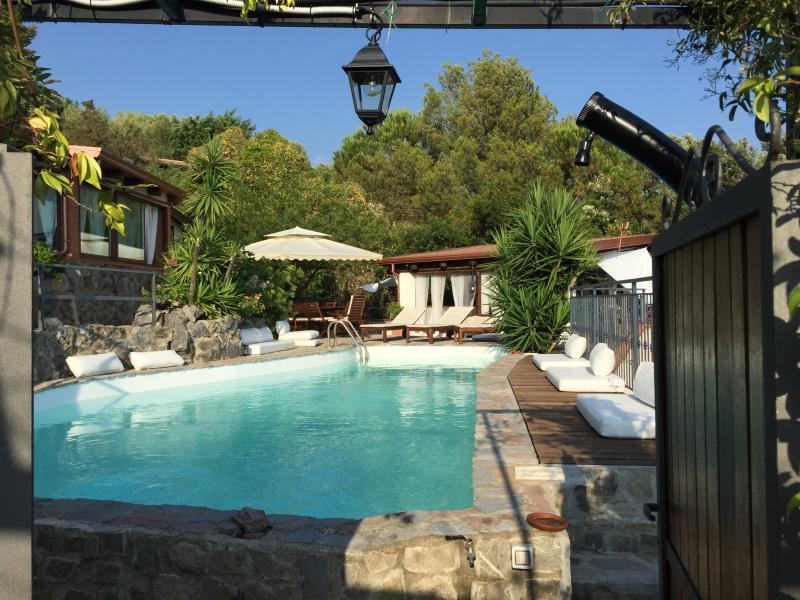 Villa Beatrice, due residence con piscina sul mare, holiday rental in Lentiscosa