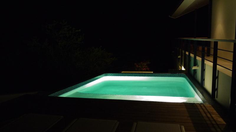 De mysterieuze sfeer van het zwembad 'by night'.